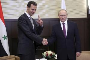 Asad y Putin se estrechan la mano en el balneario de Sochi, el lunes.