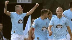 Aspas celebra el segundo gol, obra suya, del Celta al Atlético.