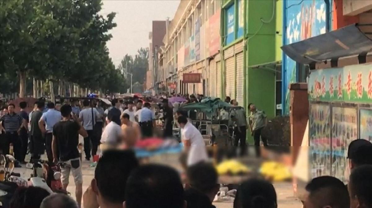 Aspecto de la zona afectada tras la explosión que ha alcanzado una guardería en Xuzhou (China)