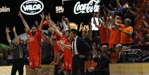 El banquillo del Valencia anima a sus compañeros titulares durante el duelo contra el Madrid.