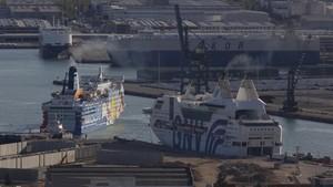 El barco Moby Dada, a laizquierda,y el Rhapsody, donde se alojaran miembros de la Guardia Civil y Policia Nacional, atracados en el puerto de Barcelona.