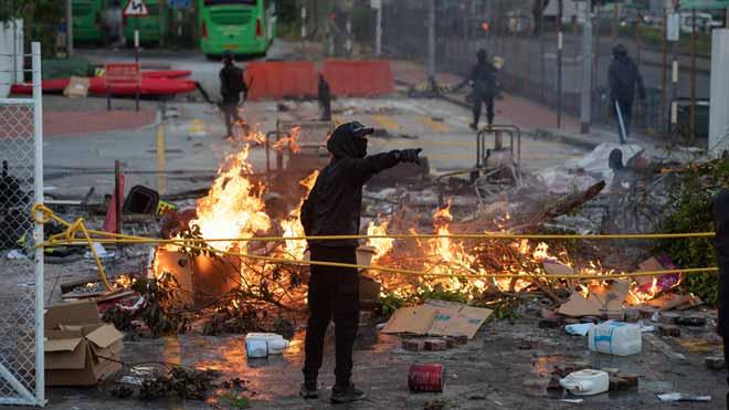 Barricadas, gas y sabotajes: las protestas vuelven a paralizar Hong Kong.