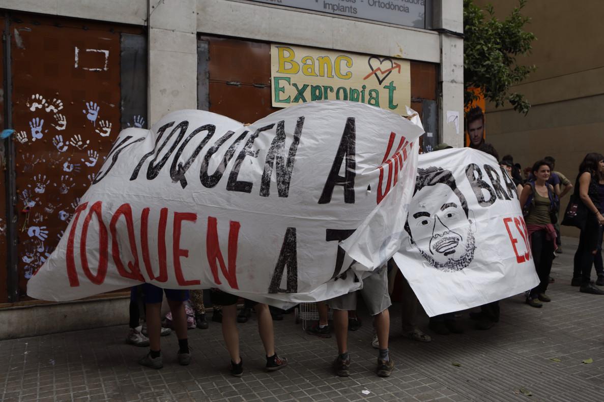 Pancarta de protesta junto al 'banco expropiado'.