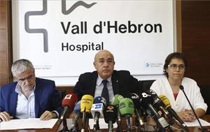 Boi Ruiz (centro), junto a la especialista de la UCI de Pediatría, Montse Pujol (derecha), y el director general de Salut Pública, Antoni Mateo, este sábado en el Vall d'Hebrón.