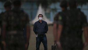 Bolsonaro frente a un grupo de soldados enel Palacio presidencial de Alvorada, en Brasilia.