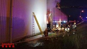 Un incendi calcina part d'una fàbrica de vidre de Castellar del Vallès