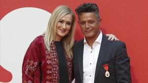La presidenta regional Cristina Cifuentes posa con el cantante Alejandro Sanz tras hacerle entrega de la Medalla de Oro de la Comunidad de Madrid galardon que tambien ha sido otorgado al patinador Javier Fernandez.
