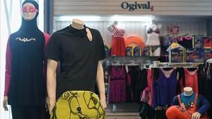Un 'burkini' (izquierda), junto a otros trajes de baño en un centro comercial de Kuala Lumpur.