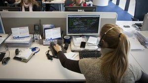 Una trabajadora de un centro de atención telefónica.