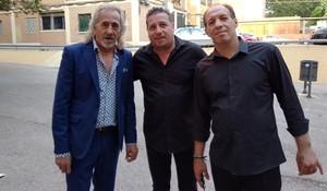 Capullo de Jerez, a la izquierda, con dos de sus músicos, a las puertas del Centre Cívic Besós