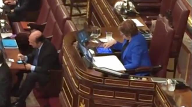 Celia Villalobos juga al Candy Crash Saga mentre parla Rajoy.