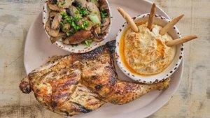 Medio pollo, con champiñones Portobello y humus.