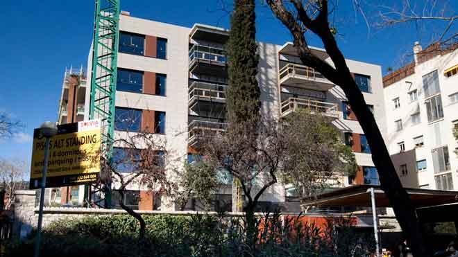 La compraventa de vivienda cae un 34,3% en junio. En la foto, una promoción de vivienda nueva en Barcelona, en una imagen de archivo.