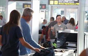 Control de seguridad en el aeropuerto de El Prat, el primer día de huelga.