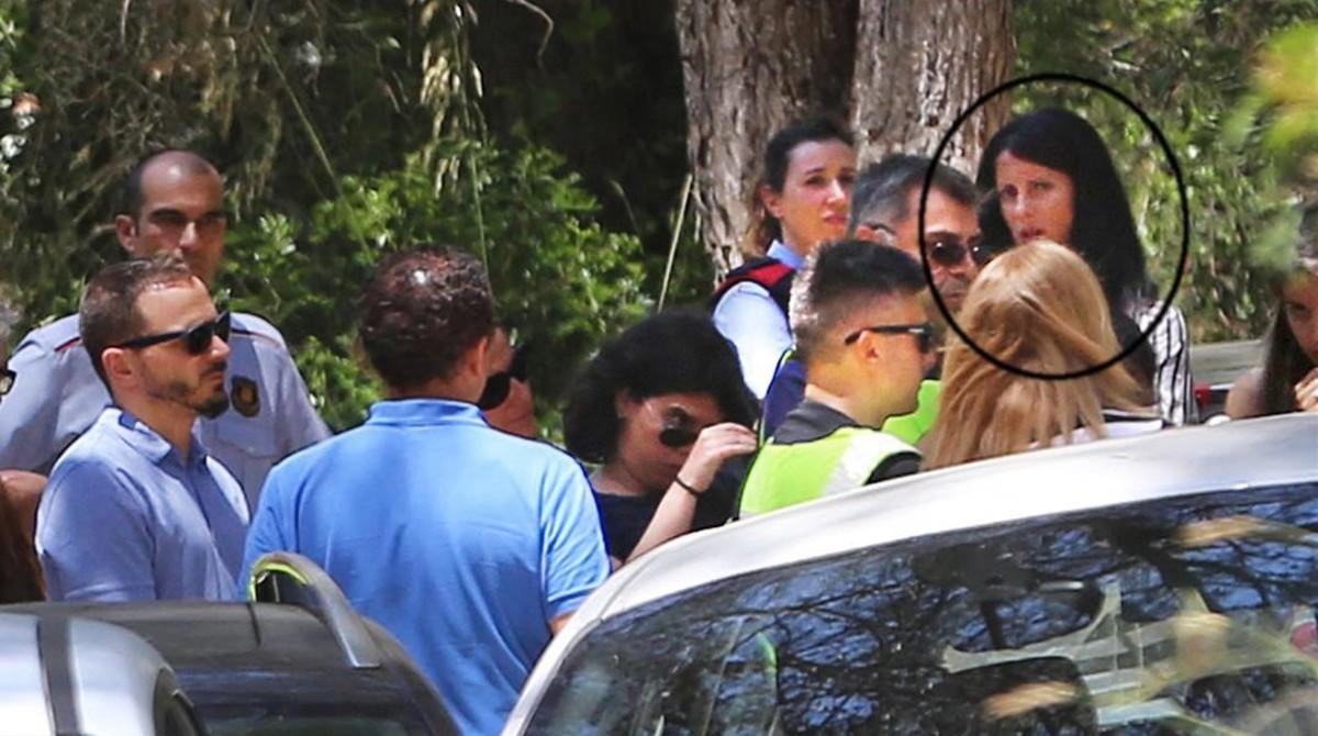 En la foto la acusada, Rosa Peral, ala derecha de la imagen,con melena negra,en el camino donde se encontróel cadáver calcinado dentro de un coche, durante la reconstrucción del crimen.