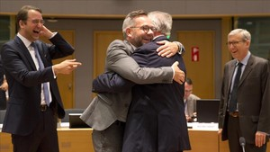 El ministro de Estado alemán para Europa, Michael Roth, abraza al ministro de Exteriores de Luxemburgo,Jean Asselborn, es una reunión este martes en Bruselas.