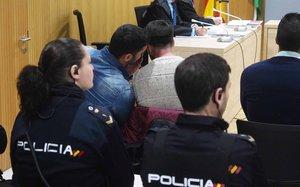 GRAFAND2929. CÓRDOBA, 21/11/2019.- Alfonso Jesús Cabezuelo (i) conversa con Jesús Escudero, dos de los miembros de La Manada, en la sala de la Audiencia de Córdoba, donde hoy se afronta la última sesión del juicio por los presuntos abusos sexuales cometidos sobre una joven en la localidad cordobesa de Pozoblanco en mayo de 2016, y en el que la defensa planteará una pena alternativa ante la posibilidad de que el juez admita como prueba los videos que muestran los supuestos hechos que se enjuician. EFE /Rafa Alcaide/Pool/