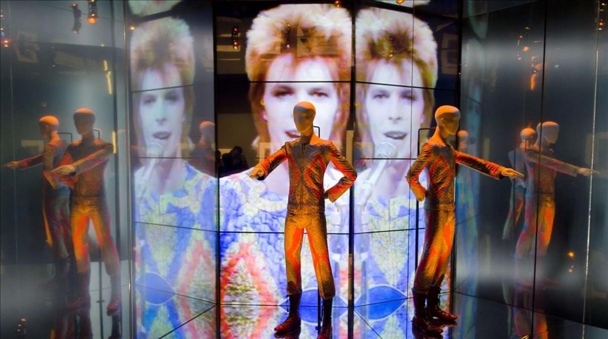 Detalle de la exposición David Bowie is, en el Victoria and Albert Museum de Londres, que llegará al Museu del Disseny en primavera.