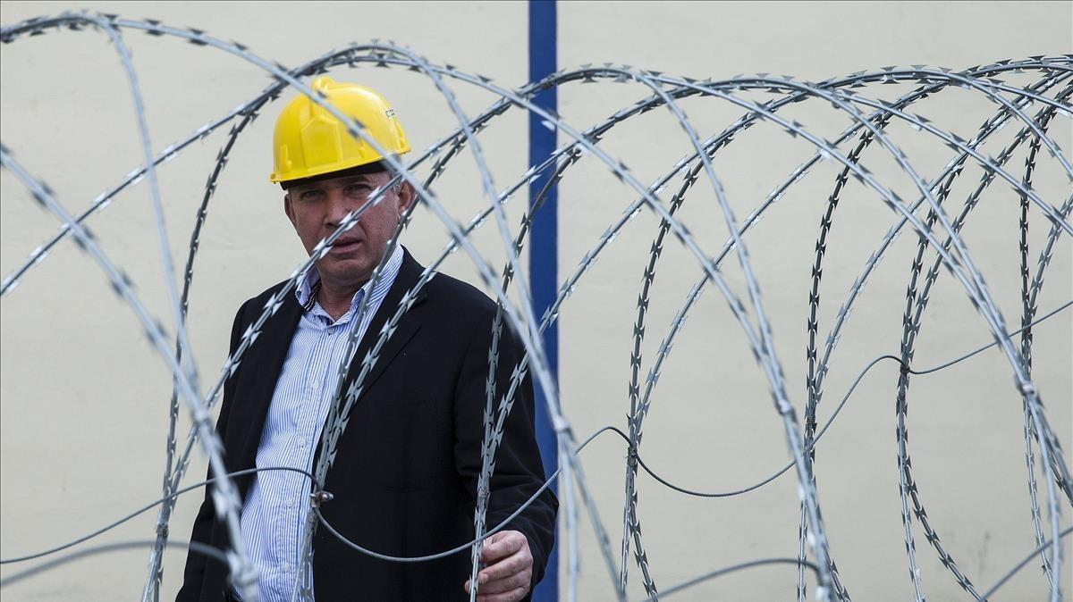 Detalle de las concertinas de la valla de Melilla fabricadas por la empresa malagueña European Security Fencing, junto al gerente de la empresa, Antonio Mora.