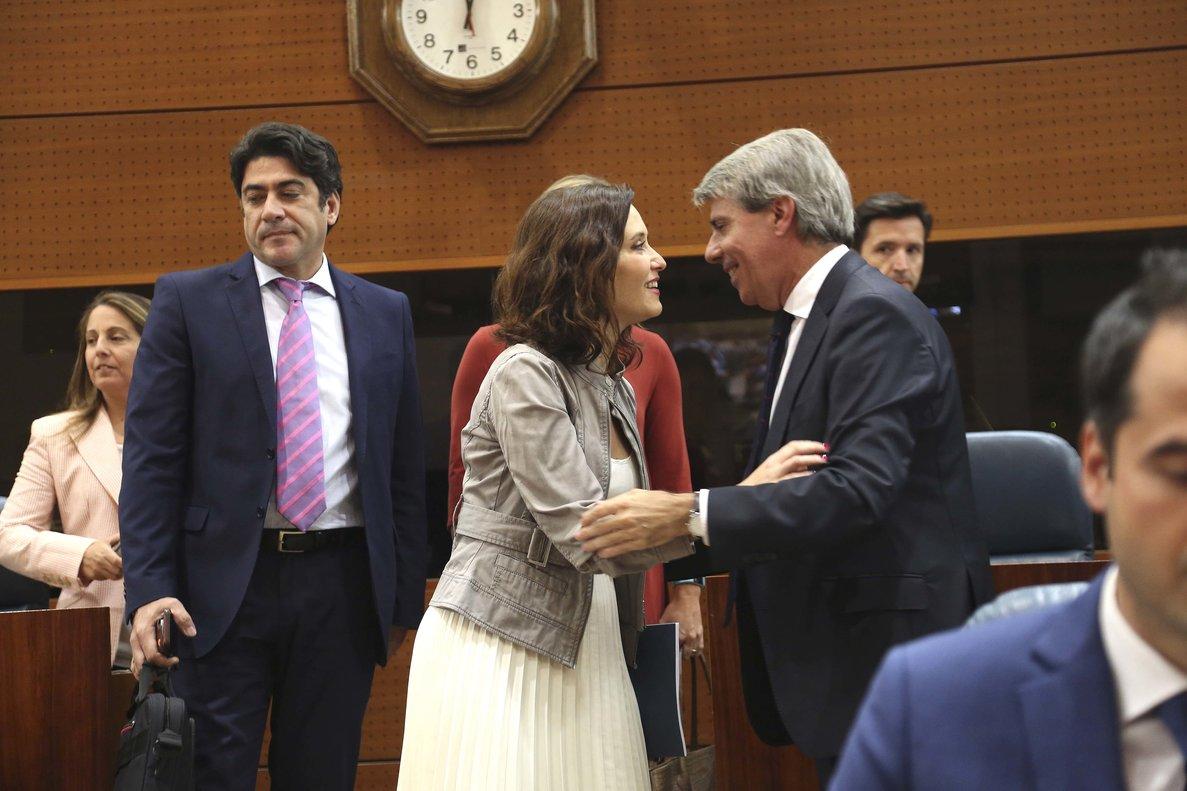 Díaz Ayuso y Ángel Garrido se saludan durante la constitución de la Asamblea de la Comunidad de Madrid, el pasado junio.