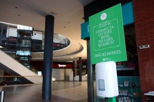 Un dispensador de hidrogel en una de las entradas del centro comercial Espai Gironès, el pasado 27 de mayo.