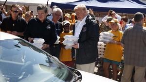 El presidente Trump reparte comida preparada entre los damnificados del huracán en New Bern, Carolina del Norte.