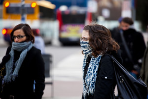 Dues dones es protegeixen del fred, el gener de l'any passat a l'estació de Sants de Barcelona.