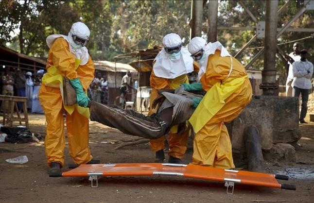 Membros de la Cruz Roja de Franciatransportanel cuerpo de una persona sospechosa de estar contagiada con el virus del ébola en Guinea, enenero del 2015.
