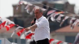 El principal candidato de la oposición a las presidenciales,Muharrem Ince, en pleno mitin de campaña en Estambul.