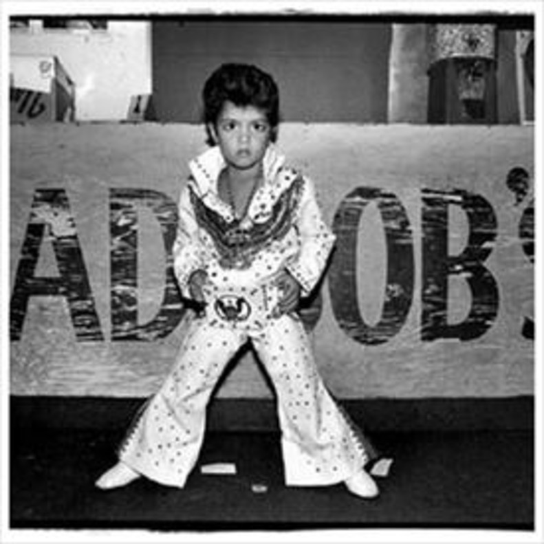 Bruno Mars, imitando a Elvis Presley cuando tenía cuatro años.