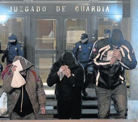 Encapuchados 8Miembros del Frente Atlético salen de comisaria.