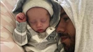 Enrique Iglesias posa con uno de sus mellizos en Instagram.