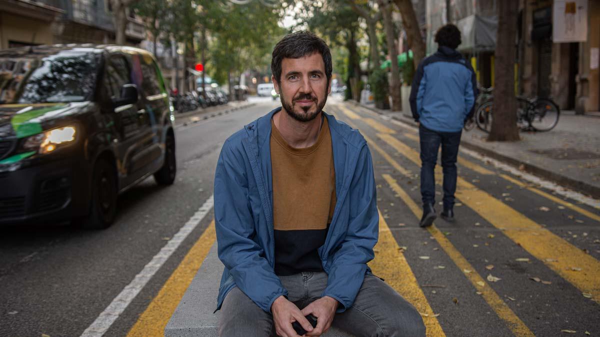 Entrevista con Guille López, portavoz de Eixample Respira, en un alto del largo paseo por el distrito