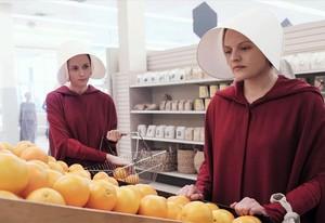 Kathrarine Moss (derecha), en la adaptación televisiva de El cuento de la criada.