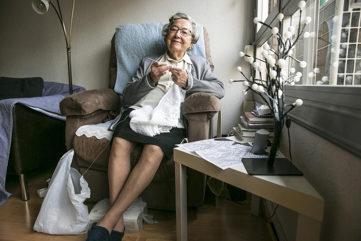 Esther Vilar, haciendo ganchillo en su casa.