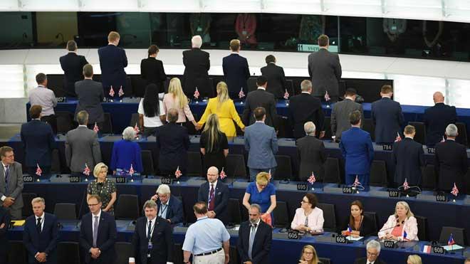 Eurodiputados del partido del Brexit dan la espalda mientras suena el himno europeo al inicio de la primera sesión del Parlamento Europeo.