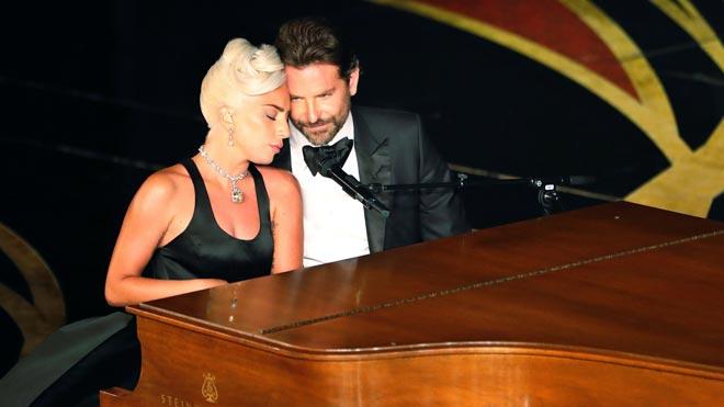 Lady Gaga y Bradley Cooper, recital de complicidad en la gala de los Oscar.
