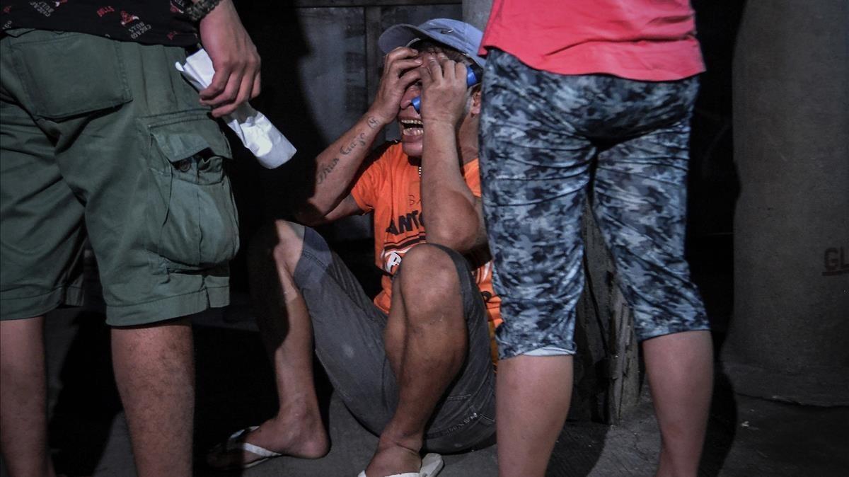 Un familiar llora a una víctima de una operración policial antidroga en Manila, el 17 de agosto.