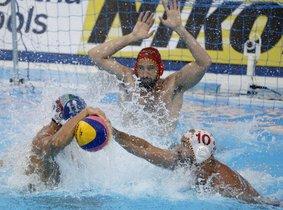 Felipe Perrone trata de arrebatar la pelota a Matteo Aicardi.