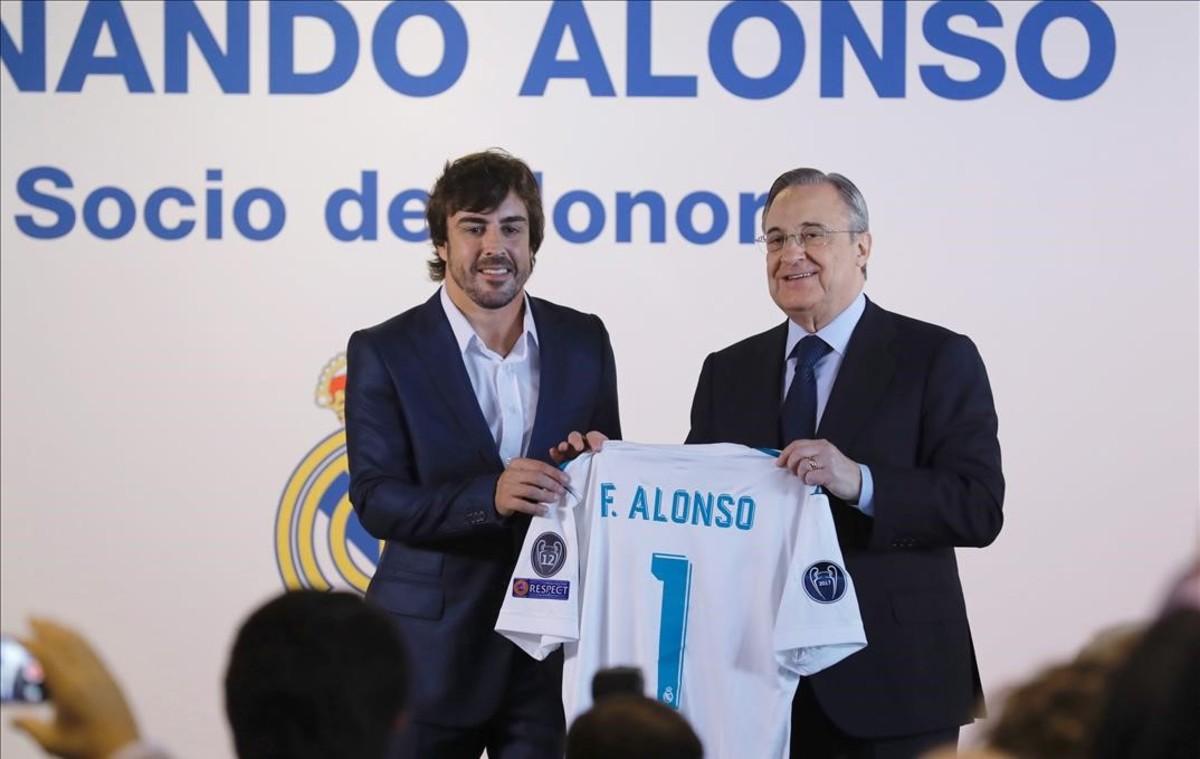 Fernando Alonso y Florentno, durante el acto en el que el piloto fue nombrado socio de honor del Madrid.