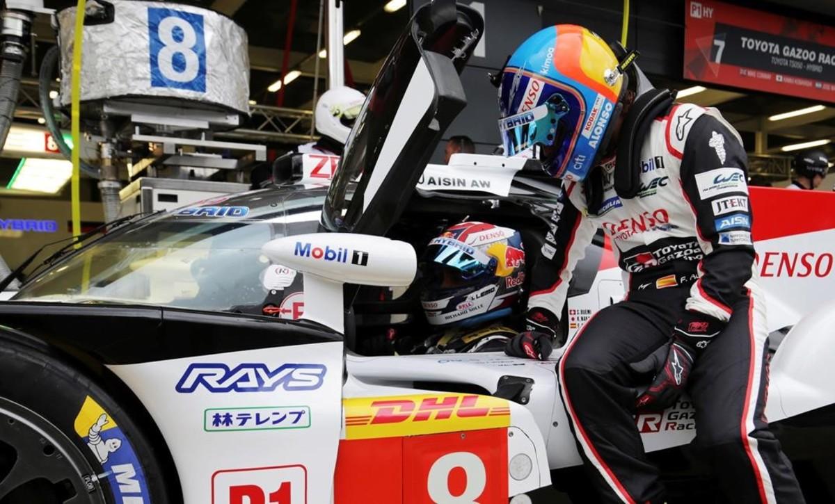 Fernando Alonso, en primer término, conversa con Sebastien Buemi, en los ensayos de hoy de Silverstone.
