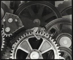Fotograma de 'Tiempos modernos', de Chaplin (1936), en la exposición 'Arte y cine. 120 años de intercambios', en CaixaForum.
