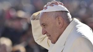 Francisco llega a la plaza de San Pedro del Vaticano para presidir la audiencia general de los miércoles, esta mañana.