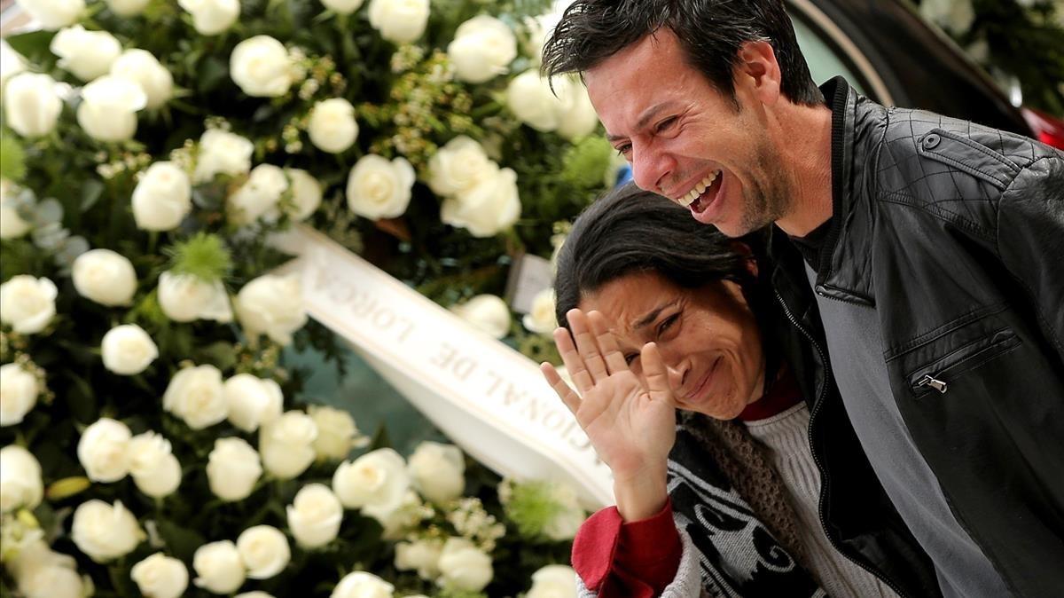 Ángel y Patricia, padres de Gabriel Cruz, durante el funeral, el 13 de marzo pasado.