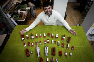 Francesc Climent muestra algunos de sus vehículos construidos a escala.