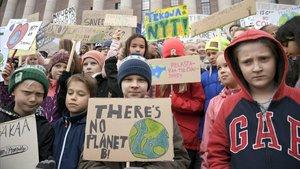 Un grupo de niños se manifiesta frente al parlamento de Helsinki