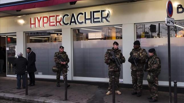 Un grupo de soldadoscustodia un supermercado de comida Kósher el pasado mes de enero en París.