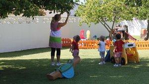 Niños jugando en el patio de una guardería.