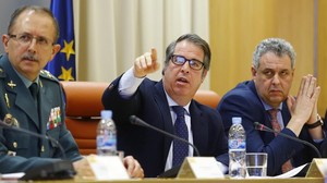 Gregorio Serrano, director general de la DGT, entre Cristóbal Cremades, secretario general de la DGT, y Benito Salcedo, general jefe la Guardia Civil.