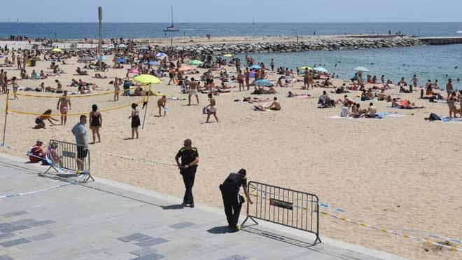 La Guàrdia Urbana controla los accesos a las playas de Barcelona el pasado 14 de junio.